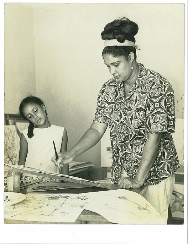 Black and white photo of Dorothy Henriques-Wells with a young daughter